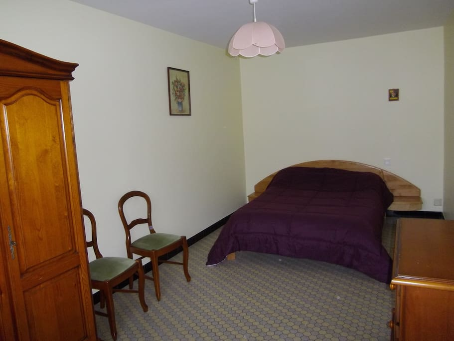 chambre au rez de chaussée avec 1 lit de 140
