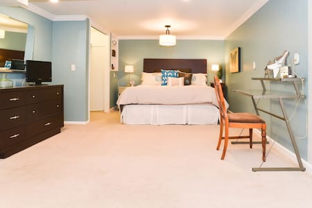 Cushy King-Sized Master Suite - Shawnee