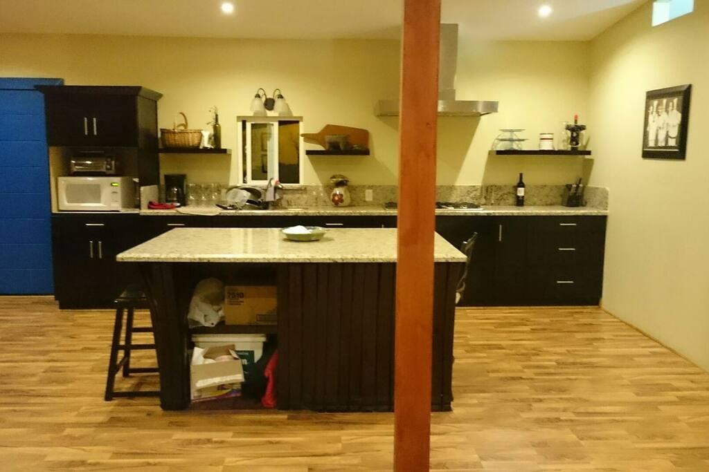 Open floor plan kitchen Granite countertops, center bar for entertaning,