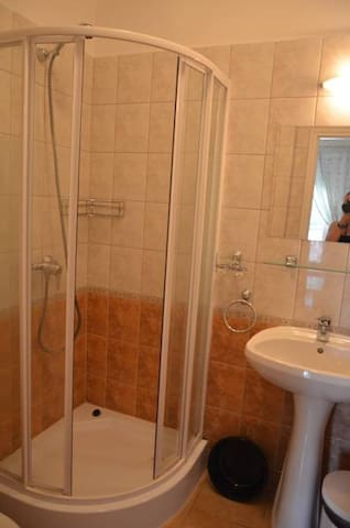 В номере есть  ванная комната с душем и туалетом, есть сушилка для белья, тазик для мелкой стирки