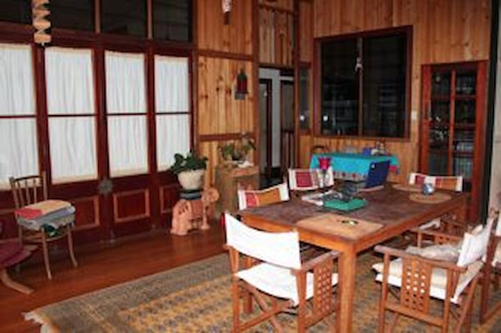 Quiet retreat, village setting. - Gordonvale - Casa