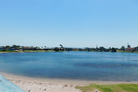 STUNNING LAKE HOUSE - ONLY 1KM TO THE BEACH - Burleigh Waters - Rivitalo