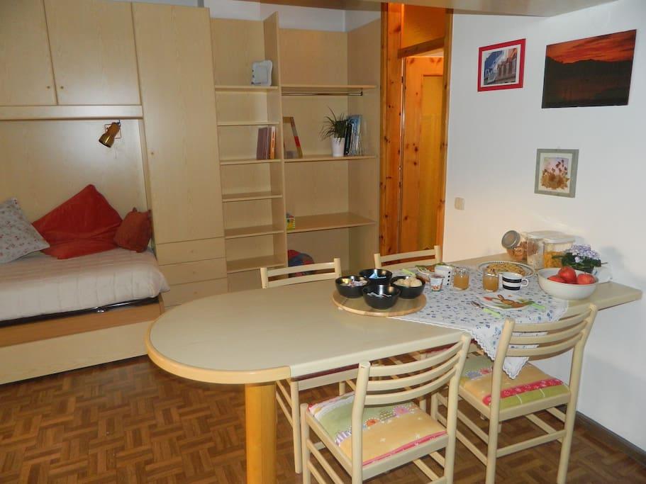 tavolo colazione in camera e studio/svago