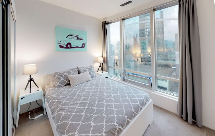 Private Bedroom in Shared Condo: Central Downtown