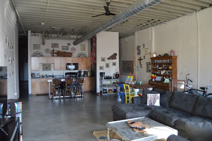 Downtown Industrial Loft - HUGE - Louisville - Loft