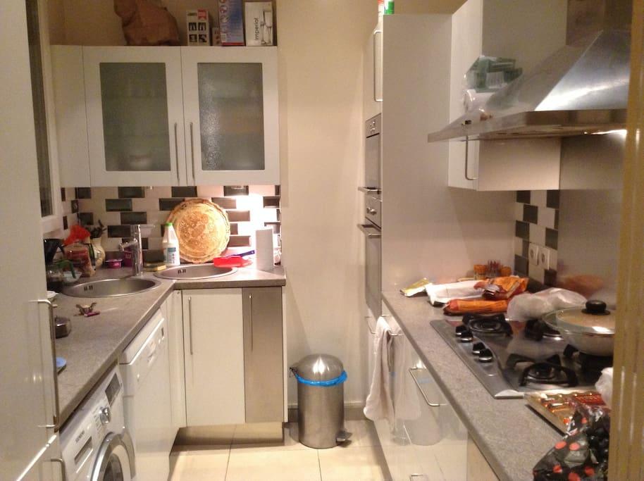machine vaisselle et linge grand frigo, 4 plaques, four, micro ondes..