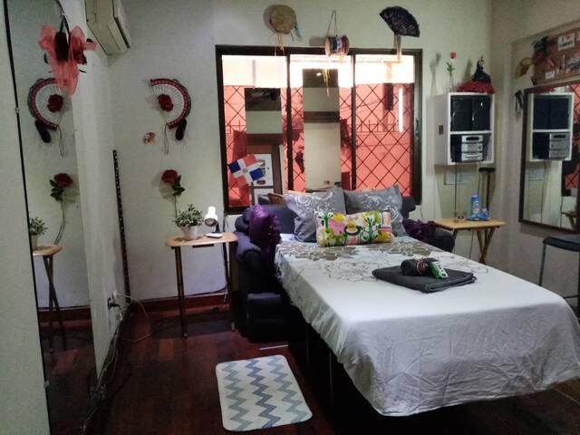 Habitación coqueta con baño y cocina compartida
