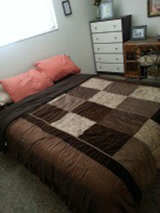 Private bedroom and bath for month-to-month rental! Great Petaluma neighborhood! Furnished with queen bed, nightstand, dresser, and vanity/desk with chair.