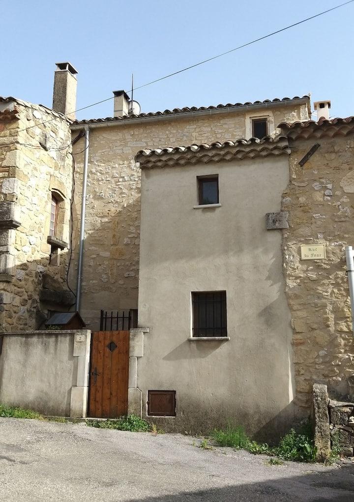 Jolie maison en pierre avec une petite cour