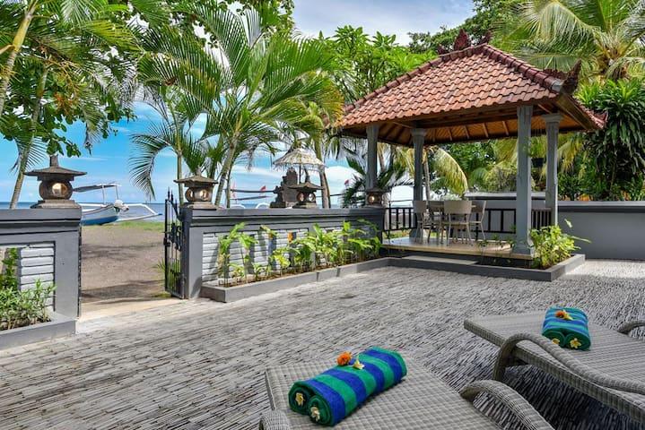 Beachfront villa in Lovina center