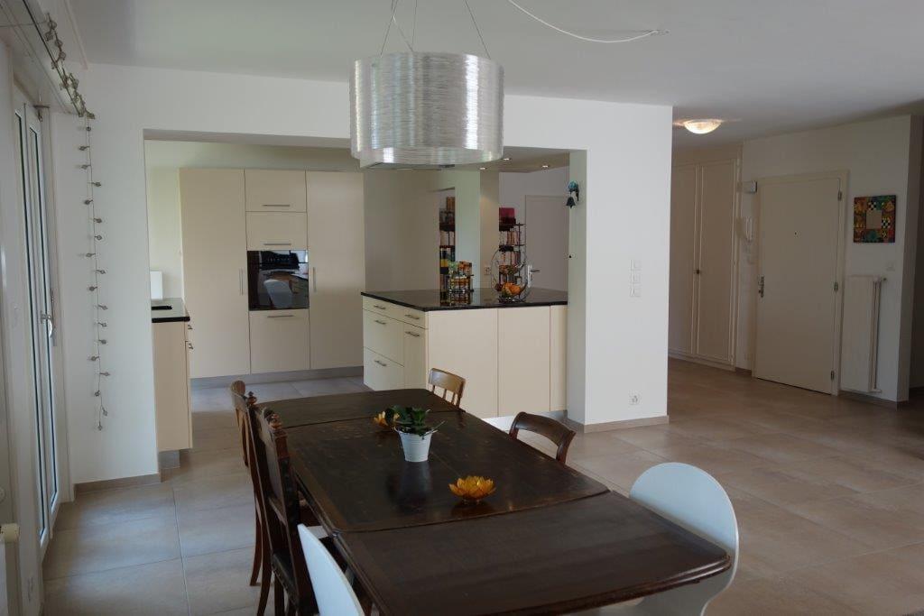 salle à manger ouverte sur la cuisine