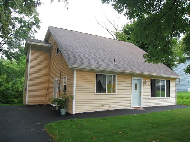 Pristine Cape Cod on the Creek! 4 Beds | 8 Guest! - Albany - Hus
