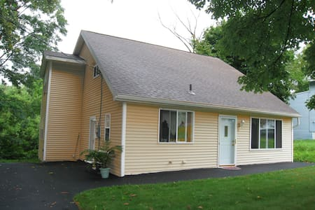Pristine Cape Cod on the Creek! 4 Beds | 8 Guest! - Albany - House