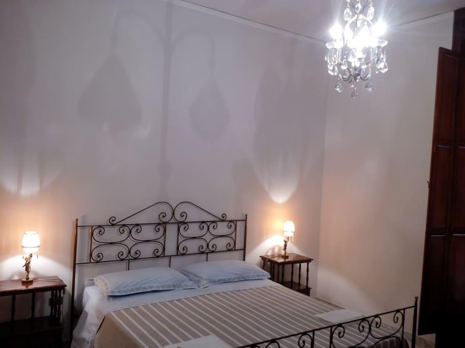 Stanza da letto matrimoniale : letto in ferro battuto con lenzuola nuove e sempre pulite.