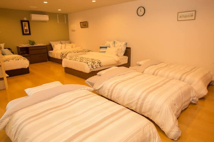 There are 3 double beds and 3 sofa beds ダブルベッドが3台とソファベッドが3台あります