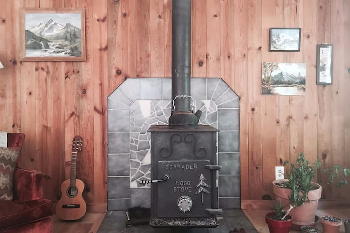 Classic Mt Hood Cabin -woodstove, firepit, dogs ok