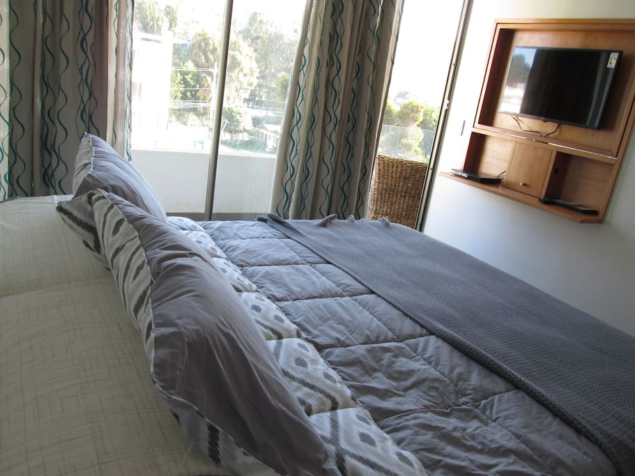 Habitación matrimonial con cama King y TV led con DVD.