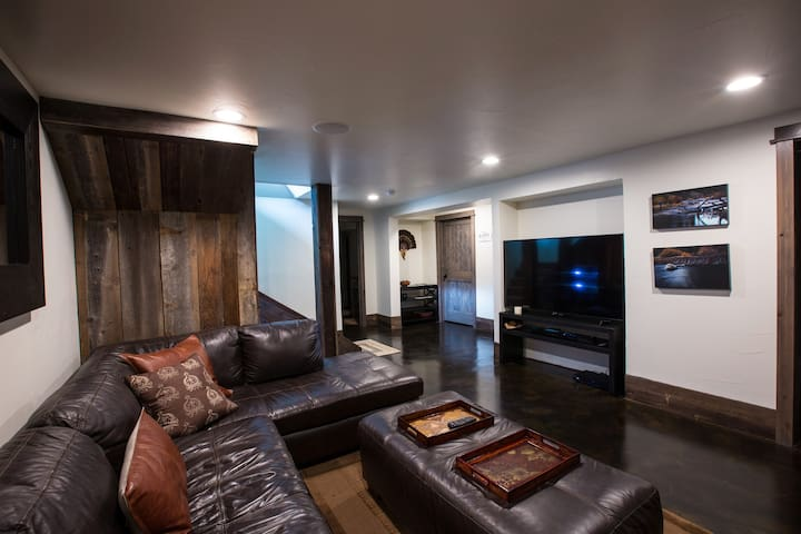 River Summit House - Huge private guest suite