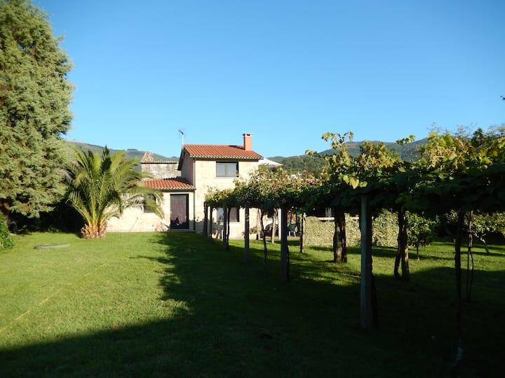 Casa de piedra con enorme jardín, cerca del mar.