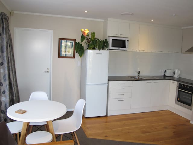 Quiet & Bright One Bedroom Flat with full kitchen - Auckland - Lägenhet