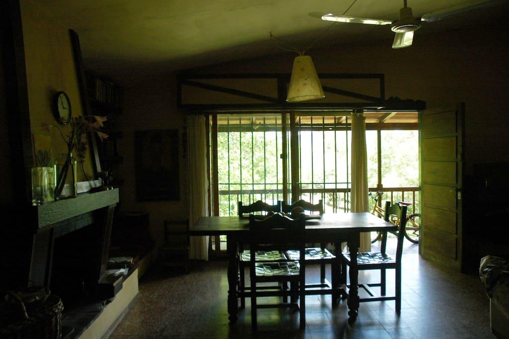 Comedor con salida a un balcon y vista de las sierras