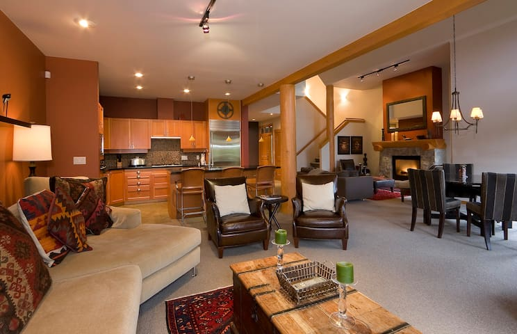 Stylish 4-bedroom Townhouse, Private Hot Tub