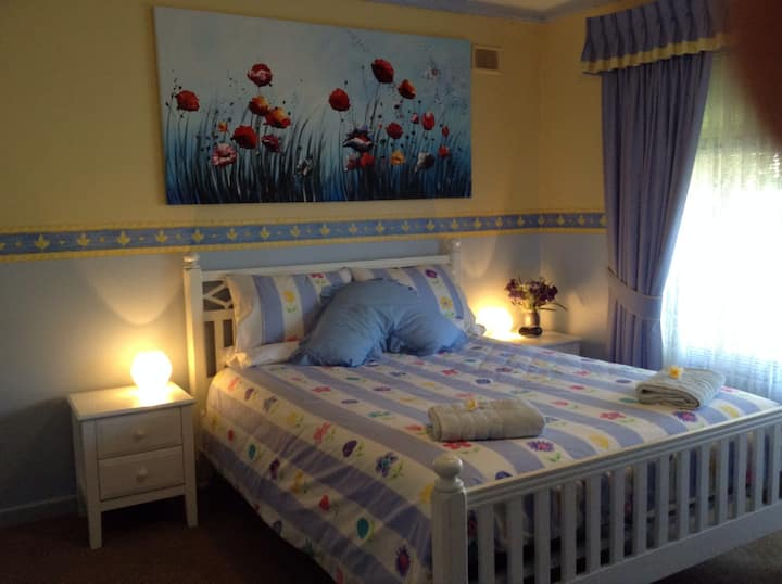 Dbl room- easy access to beach/city