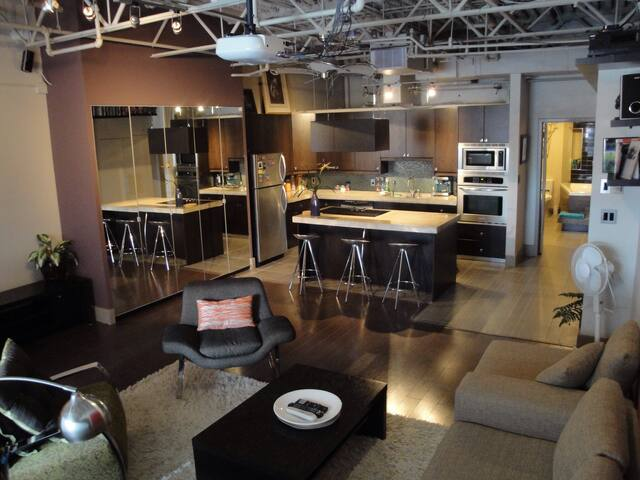 Loft in the Heart of Uptown 17th, walk to Stampede