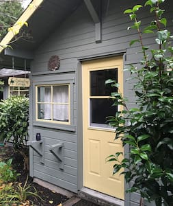 Stylish Lily Pond Cottage for Two - Tukwila