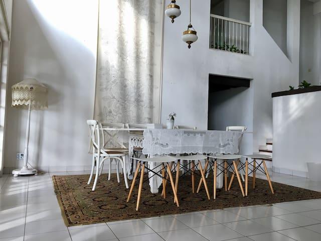 Large Villa bed & breakfast for 10 in Dago Bandung - Bandung - Bed & Breakfast