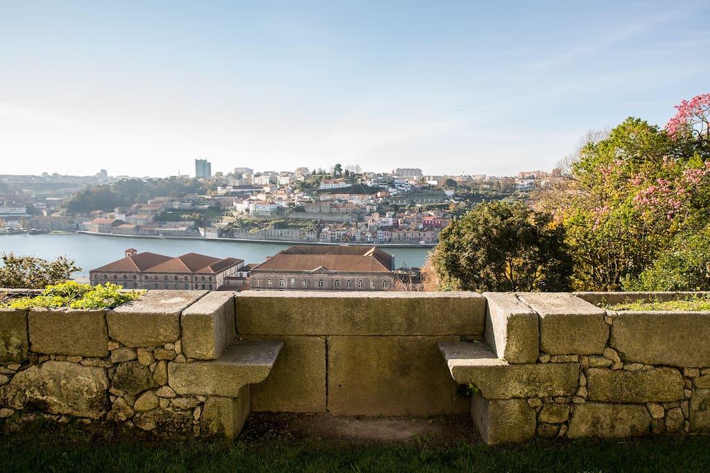 """As namoradeiras"", a XVIII century ""boyfriend and girlfriend"" stone romantic seats with an unique view to Douro river"