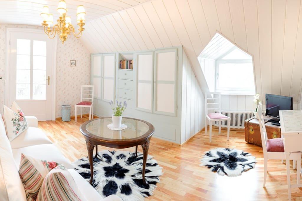 Original Holzverbauten aus den 20er Jahren machen das Wohnzimmer besonders gemütlicht. Direkter Zugang zu einer Terrasse.
