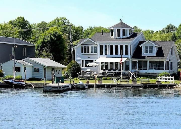 Lakefront 4bdr home, sunrise view & walk to beach