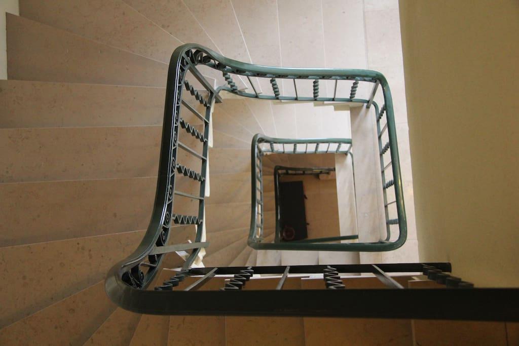Cage d'escalier en marbre de Bourgogne