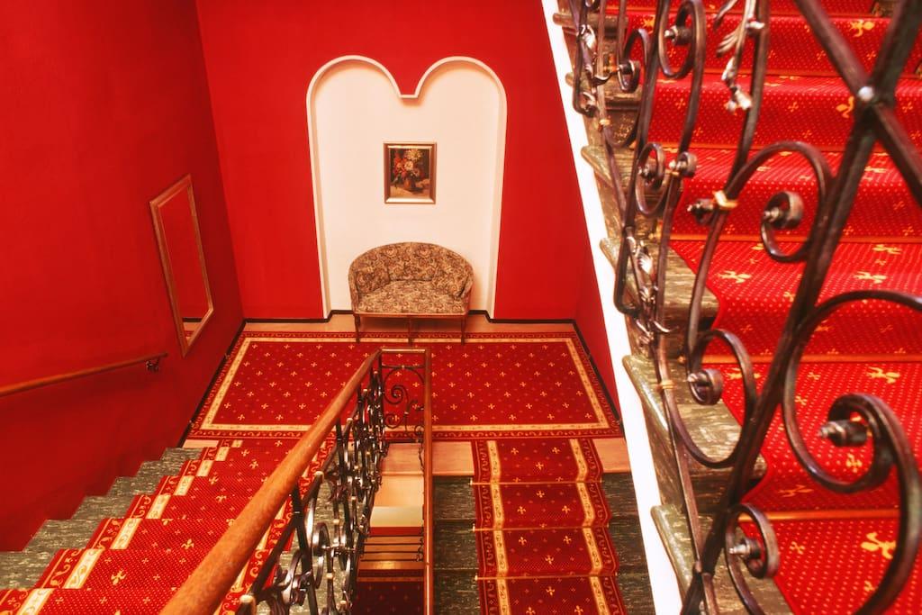 """Zum Verweilen bieten sich die gediegenen Salons der Villa – mit W-Lan. Wer es etwas """"traditioneller"""" liebt, dem steht unsere Hausbibliothek mit über 500 Büchern zur Verfügung."""