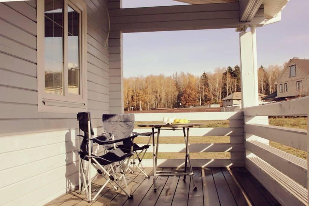 Огромная терраса отлично подходит для завтраков в теплое время года
