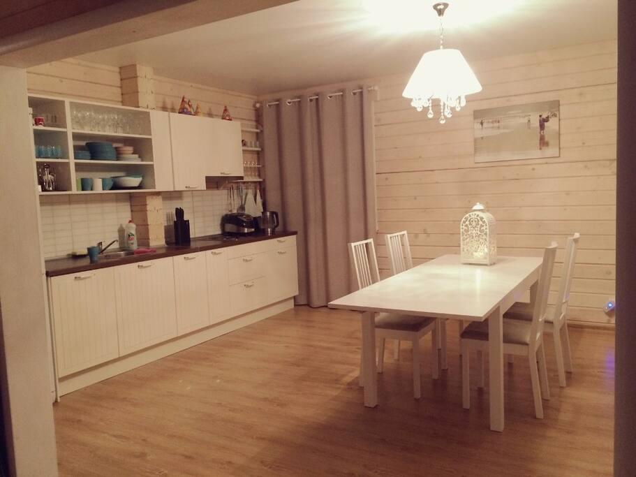 Кухня и столовая со всей необходимой техникой и посудой