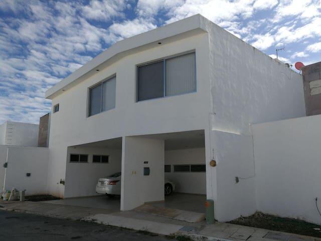 Fachada de hermosa y amplia casa