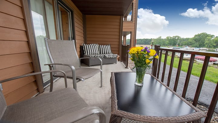 *NEW LISTING | Riverwalk Retreat @ Dells Vacay | Cozy 2 BR Condo | Breathtaking Views | Downtown WI Dells