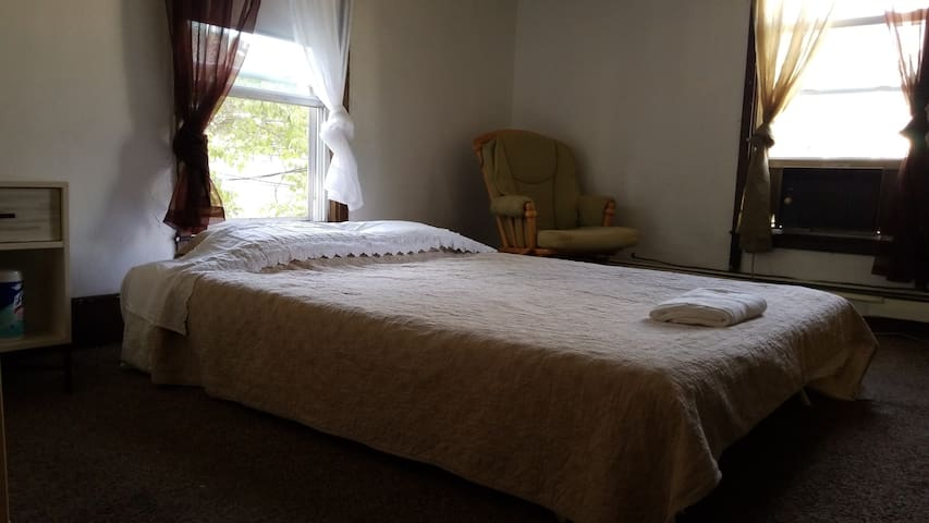Queen+airbed,massager chair,free parking & laundry