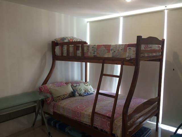 Dormitorio para niños, con litera