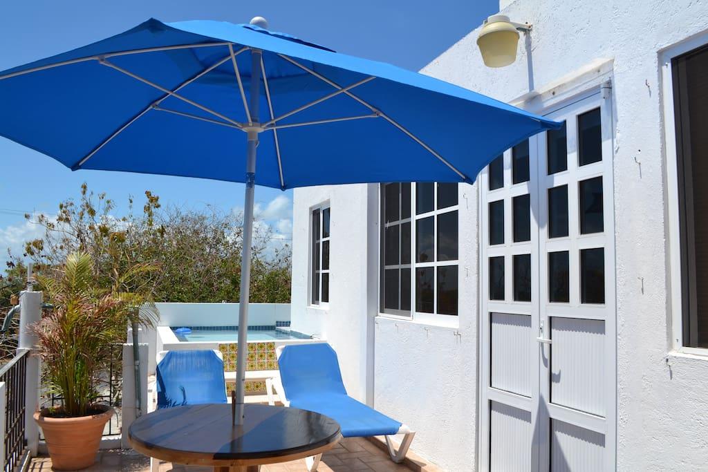Esta en una terraza para disfrutar del aire Libre, Rayos del Sol o Una noche Romántica Bajo la luz de la Luna.