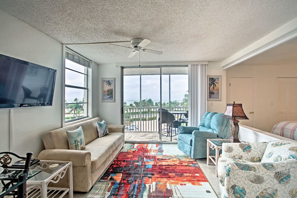 This beach-themed studio apartment is the perfect place for 4 lucky guests to enjoy Bonita Beach!