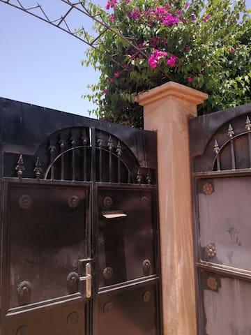 Portail d'entrée et son arche posée en mai 2019 qui je l'espère sera  bientôt fleurie par les bougainvilliers
