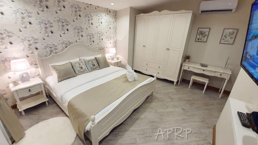 """2 гостевая  спальня  на втором  этаже с собственной ванной комнатой. Большая кровать King size,  smart TV 55"""", кондиционер.  Шторы с sun блоком 100%."""