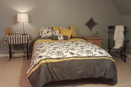 Private Upstairs Farmhouse Bed, Bath and Loft - Hamilton