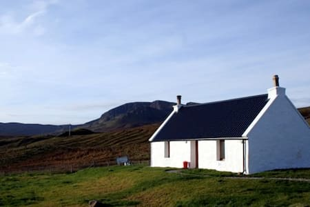 traditional modernised croft house, Brogaig, Skye. - Highland - Huis