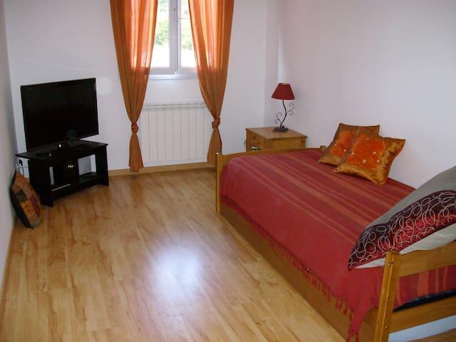 Chambre 10m2, idéale pour 2 enfants ou personne seule. Le 2ème lit se tire comme un tiroir, même lit qu'en haut.