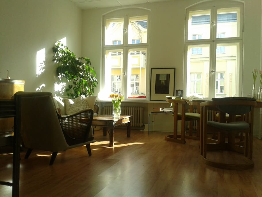living room with lovely vintage furniture and a lot of sun!!!