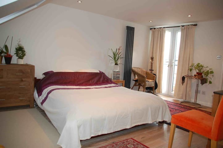 Superb Loft Space, Double Room + private ensuite - Harrow - Dům